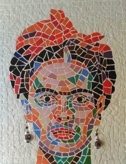Mosaico Frida Kalho | Arte del Mosaico. Mosaico retrato de Frida Kalho con vidrios de colores y fondo en blanco caliza marmórea. Un toque original en sus pendientes.