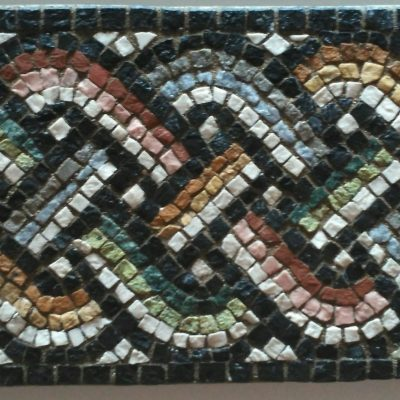 Fragmento de un motivo geometrico muy utilizado en el mosaico romano. Trenza de cuatro cabos.