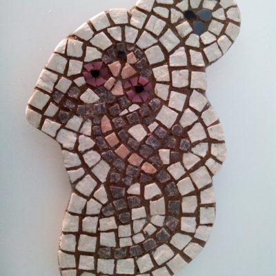 Mosaico de una lagartija de piedra cazando una mosca.