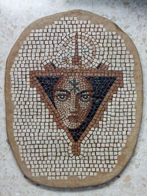 Mosaico Mujer Bereber | Arte del Mosaico en piedra. Representa a una mujer Bereber rodeada de símbolos Bereberes.