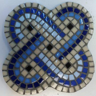 Mosaico nudo de Salomón, motivo decorativo tradicional utilizado desde la antigüedad, y que fue adoptado por numerosas culturas. En tonos azules y beige.