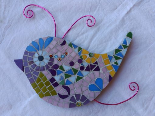 Mosaico Pájaro de Color Rosa | Arte del Mosaico. Mosaico de un pájaro de colores tonos pastel con antenas en alambre color rosa.