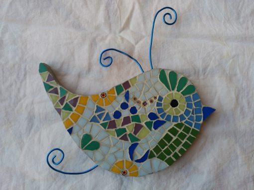 Mosaico Pájaro de Color Azul | Arte del Mosaico. Mosaico de un pájaro de colores tonos pastel con antenas en alambre color azul