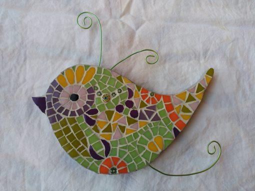 Mosaico Pájaro de Color Verde | Arte del Mosaico. Mosaico de un pájaro de colores tonos pastel con antenas en alambre color verde.