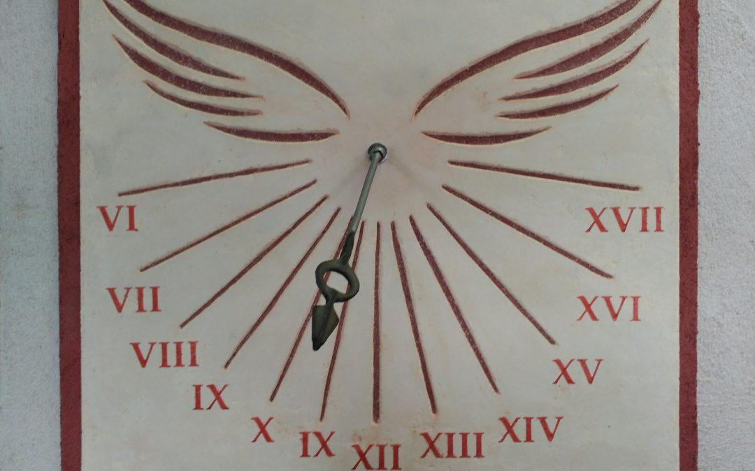 Reloj de Sol VOLAT AETAS | Arte Mural Realizado de forma totalmente artesanal. Reloj de Sol con azimut, según ubicación realizado sobre soporte exento de mortero de cal y fratasado: motivo decorativo mediante esgrafiado de estuco