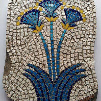 Mosaico Flores de Papiro | Arte del Mosaico en piedra. Reinterpretación de un Fresco convertido en Mosaico hallado en la Casa de las Damas Akrotiri, Santorini (Grecia). Flores del papiro, que tienen un rol especial que se puede ver tanto en los frescos como en las pinturas de decoración de la cerámica griega.